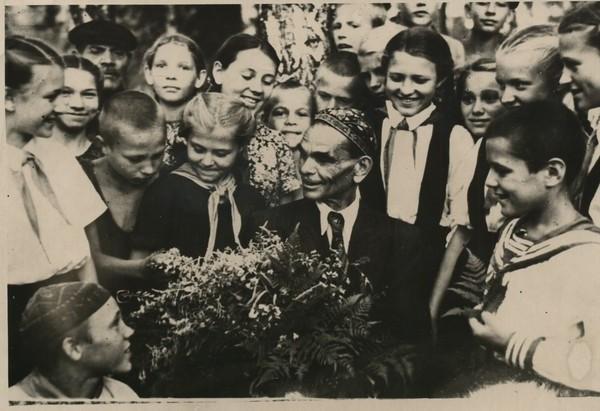 В.Н. Кузнецов с пионерами