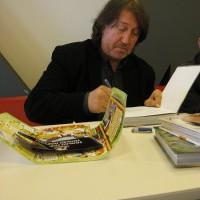 Олег Митяев подписывает книгу с Базаром.jpg